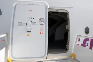 Salah Buka Pintu Pesawat