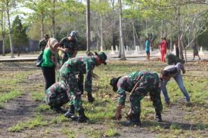 Sambut HUT TNI, Kodim 0426 Bersihkan Makam Pahlawan