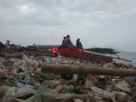 Sampah Penuhi Pesisir Laut Kota Bandar Lampung