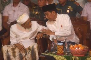 Sampaikan Belasungkawa, Jokowi Sebut Mbah Moen Rujukan Umat Islam