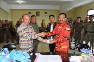 Satpol-PP Bandar Lampung Bantu Bagikan 1995 KTP-EL