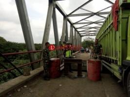 Satu dari Dua Fuso yang Terjebak di Jembatan Ambrol Berhasil Dievakuasi