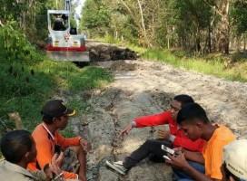 Sekcam Mesuji Pantau Langsung Perbaikan JUT di Desa Sungai Badak