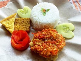 Sensasi Pedas Ngangenin di Ayam Geprek Don's Foodies