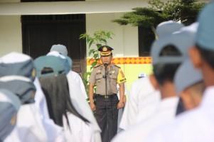 Sepuluh Pejabat Polres Lambar jadi Pembina Upacara di Sekolah