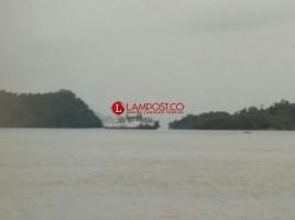 Setelah 6 Jam Kandas, KMP Titian Nusantara Berhasil Ditarik Dua Kapal Tugboat