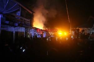 Si Jago Merah Ludeskan 2 Kios di Pasar Waybatu
