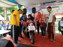 Suci Noviyanti Raih Sepeda Motor Jalan Sehat Unila