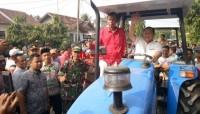 Sudin Kembali Serahkan Puluhan Bantuan Alsintan di Lamsel