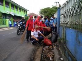Tanamkan Kebersamaan, Siswa SMPN 33 Bandar Lampung Ikuti Jumat Bersih