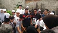 Isak Tangis Iringi Pemakaman Rafli, Korban Kecelakaan di Tol Surabaya