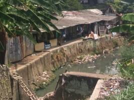 Terusan Kali Way Awi Tercemar Limbah