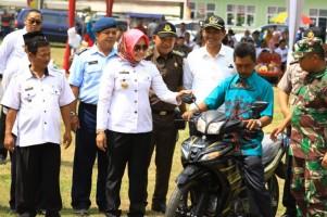 Tingkatkan Mobilisasi Aparat Kampung, Winarti Serahkan Motor kepada Kepala Dusun
