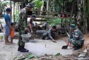 TNI Bersama Warga Simpang Pematang Bangun Jamban Sehat