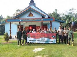 TNI-Polri Mesuji Kompak Gotong Royong Bersihkan Gereja