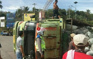 Truk Muatan Arang Terguling di Simpang Pasar Bakauheni