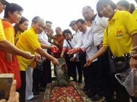 Umat Budha Gelar Tabur Bunga di Makam Pahlawan