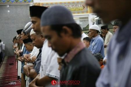 Umat Muslim Bandar Lampung Melaksanakan Salat Tarawih Pertama Malam Ini