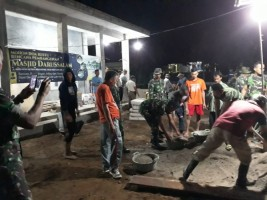 Usai Tarawih, Puluhan Anggota TNI bersama Warga Sukamaju Goyong Royong Bangun Halaman Masjid