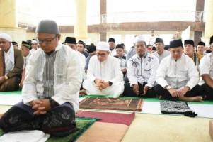 Wabup Lamtim Salat Id di Masjid Baiturahman Islamic Centre
