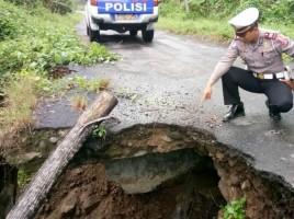 Waduh! Jalan Amblas Terkena Longsor di Tanggamus