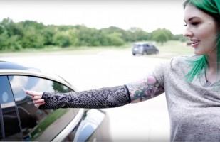 Seorang Wanita Tanam Chip di Tangan untuk Buka Mobil Otomatis