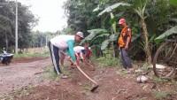 Warga Batunangkop Perbaiki Drainase Jalan Desa