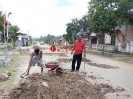 Warga dan Pengemudi Gotong Rotong Timbun Jalan
