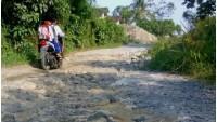 Warga Desa Kemukus Sepakat Pakai Dana Desa untuk Perbaikan Jalan Kabupaten Yang Rusak