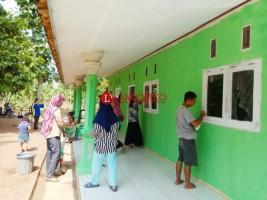 Warga Desa Sukaraja Gotong Royong Bersihkan TPA