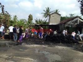 Warga Dusun Bindu Gotong Royong Bersihkan Reruntuhan Kebakaran