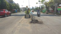 Warga Harapkan Perbaikan Jalan Rusak