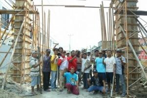 Warga Korpri JayaGotong Royong Bangun Gapura
