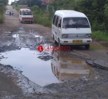 Warga Kotabumi Minta Jalan Rusak Diperbaiki