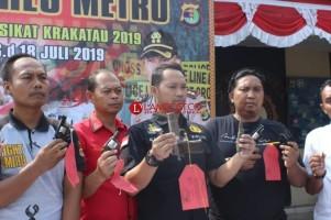 Warga Metro Serahkan 8 Senjata Api ke Polres