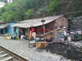Warga Panjang yang Tinggal di Pinggir Rel dan Sungai Belum Miliki Sanitasi