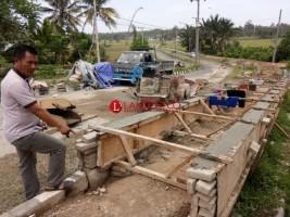 Warga Pertanyakan Kualitas Proyek Trotoar Jalan Bandara Taufik Kiemas