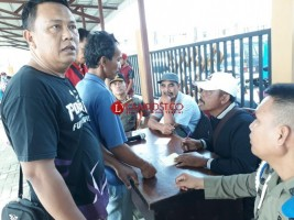 Warga Protes Bawang Putih Tak Sesuai Timbangan saat Operasi Pasar
