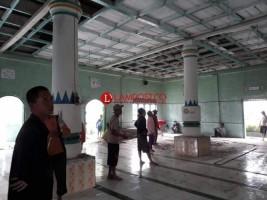Warga Sritanjung Gotong Royong Renovasi Masjid