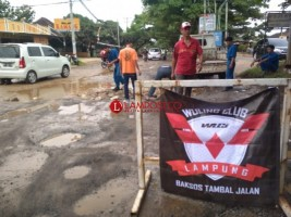 WLCI Lampung Tambal Jalan Berlubang di Jalur 2 Korpri