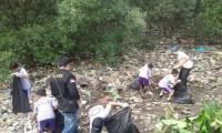 Yakari Bersihkan Sampah Pesisir