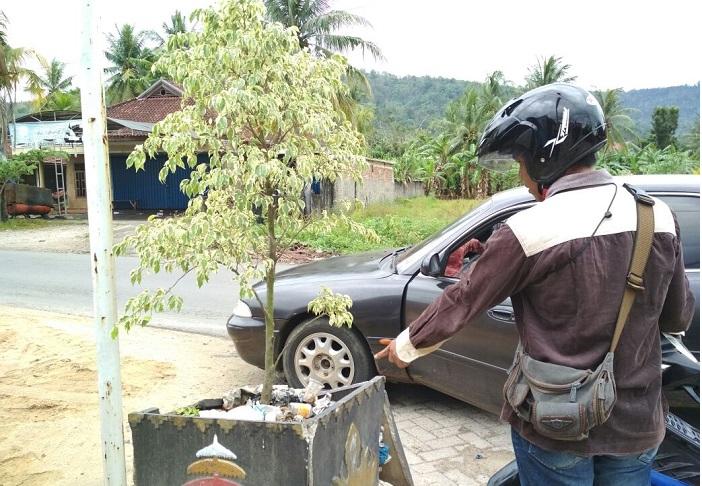 LAMPUNG POST | Warga Buang Sampah Sembarangan di Pot Bunga Disbertam