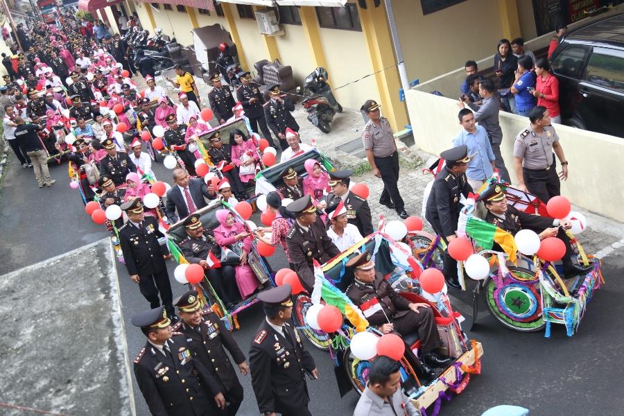 LAMPUNG POST | Dengan Becak Hias, Purnabhakti Polda Keliling Markas Polisi