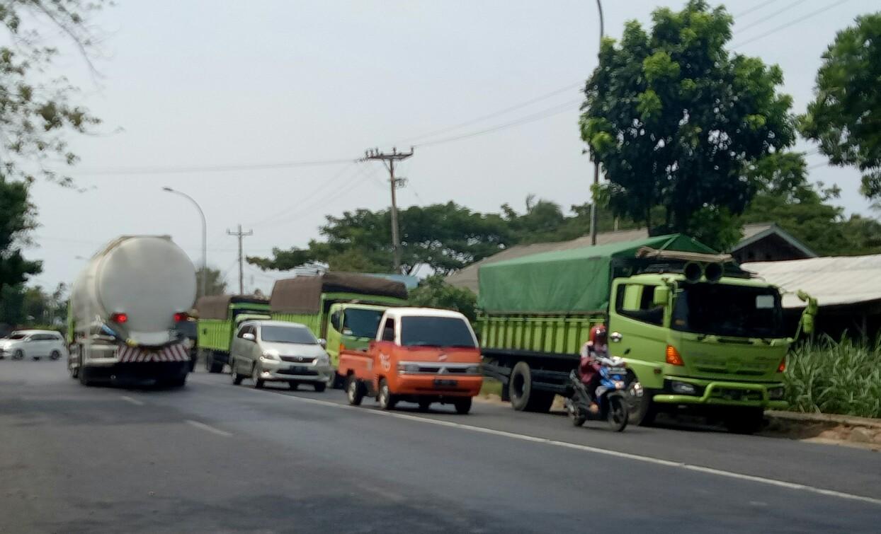 VIDEO: Hindari Operasi Zebra, Truk Pilih Parkir di Jalinsum, Kalianda
