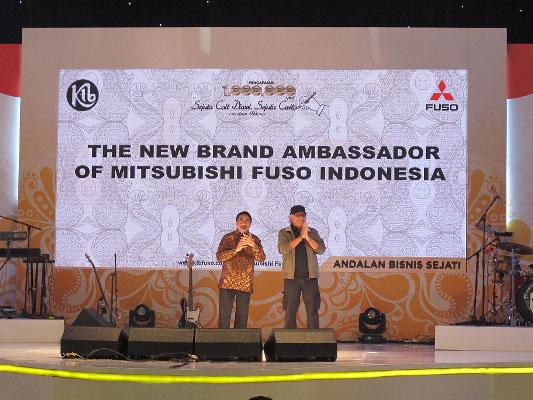 LAMPUNG POST | Mitsubishi Fuso dan Iwan Fals Sapa Bandung