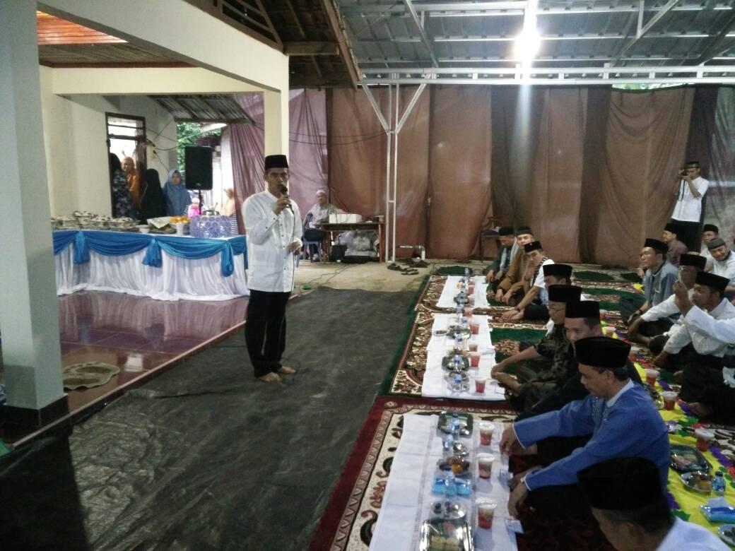 LAMPUNG POST | Warga Baradatu Buka Bersama di Rumah Ketua DPRD Way Kanan