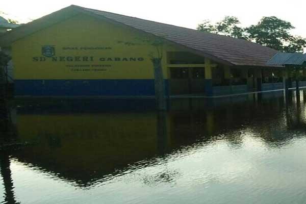 Siswa di Kampung Cabang Belajar dengan Kondisi Basah