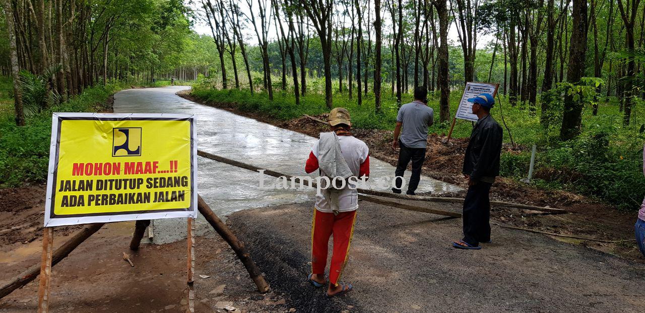 LAMPUNG POST | Penutupan Jalan Provinsi Dikeluhkan Warga di Tulangbawang Udik