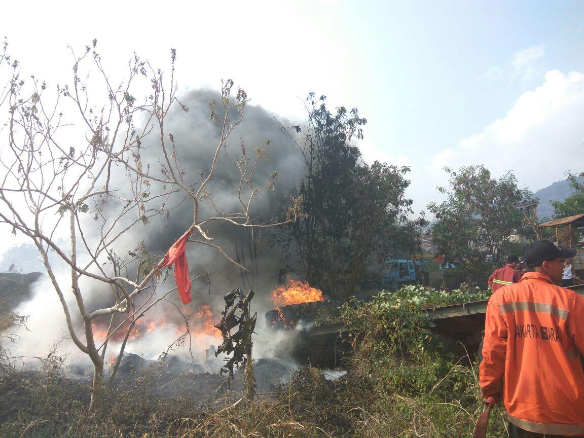 LAMPUNG POST | Lahan Kosong di Way Lunik Terbakar, Empat Damkar Diturunkan
