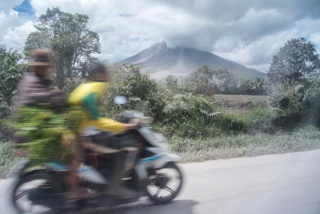 LAMPUNG POST | Gunung Sinabung Erupsi Enam Kali Pagi Tadi